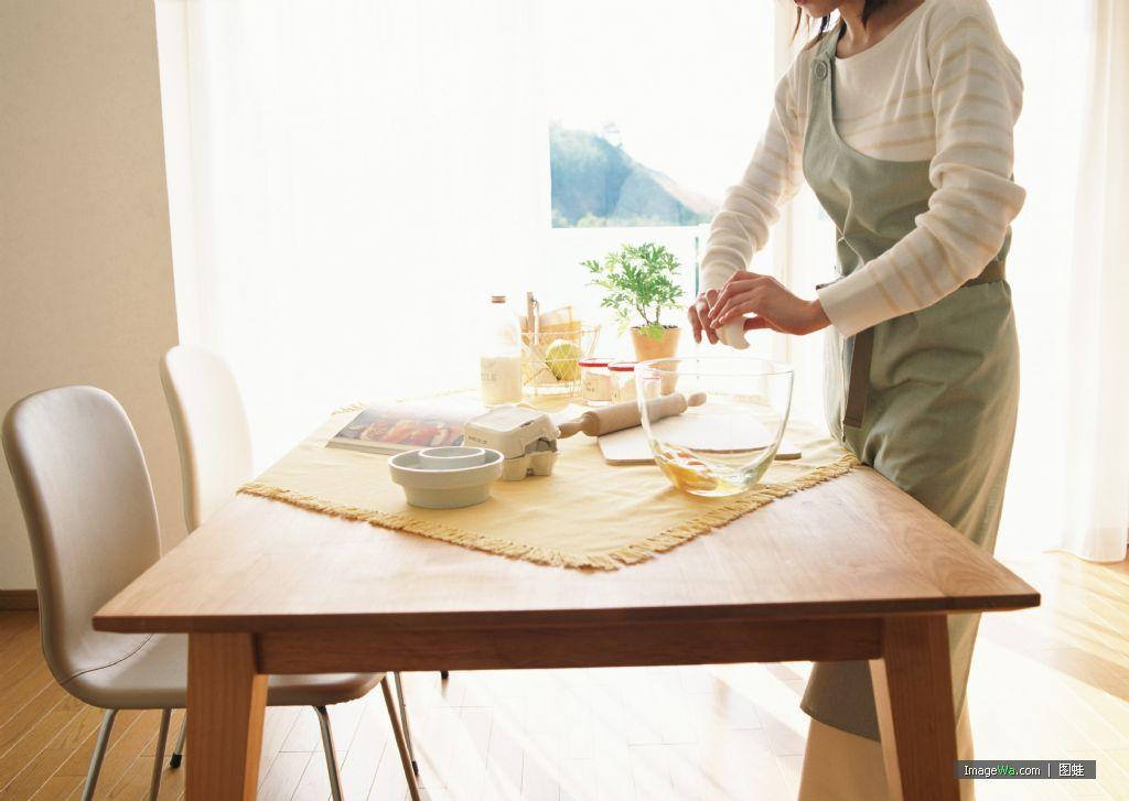 我家有個開放式大廚房,但不是咖啡館,也不是飯店,只是一個為青年人圖片