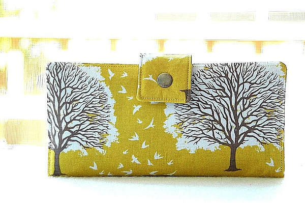 Wallet clutch in beautiful yellow tree的图片