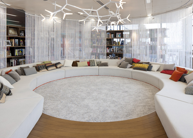 Office Room Design: Exotic Office Lounge With Chic Round White Sofas And Rug With Plant Shape Chandelier的图片