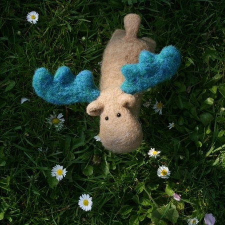 Sunny Autumn with MO The Handmade Moose, a cute toy from beige wool with stunning turquoise antlers的图片