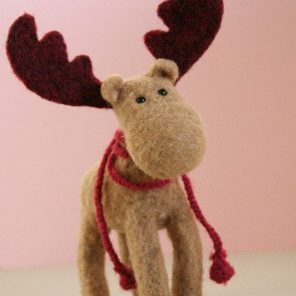 MO the Moose, beige and burgundy proud woodland animal, handmade heartwarming little friend的图片