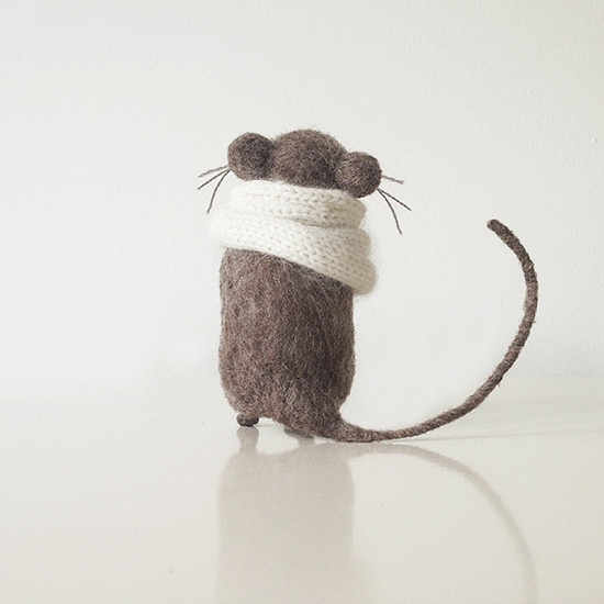 系围巾的小灰鼠Gray mouse in white knitted scarf, domisticated little friend, playful and loving rodent pet handmade from organic wool
