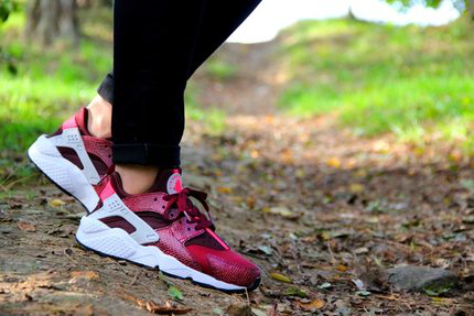 【代购】Nike Air Huarache WMNS Team Red 酒红 634835-666的图片