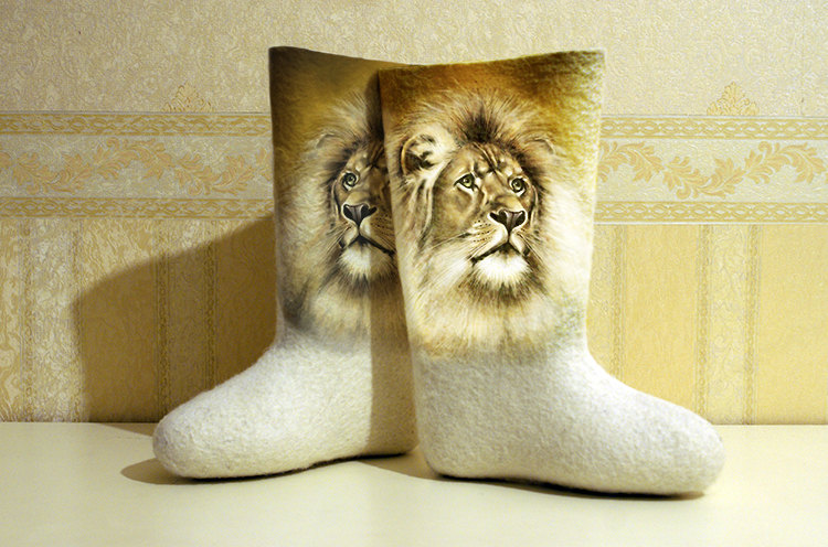 Lions - Hand Painted Woman Winter Boots, Handpainted Customized Felted Shoes, Natural Ship Wool的图片
