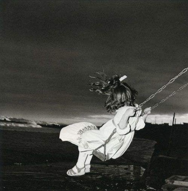 © ISSEI SUDA, Girl on Swing, 1970. Courtesy of see+ Gallery (Beijing)